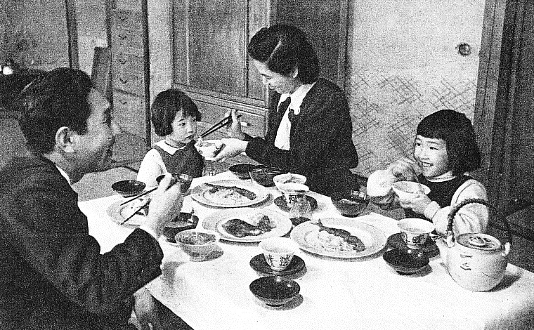 Japanese_family_meal_in_1950s