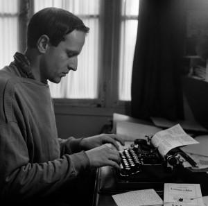 1FK-2579-F1956 (197150)  Boris Vian an Schreibmaschine / Foto  Vian, Boris; franz.Schriftsteller; Ville d'Avray 10.3.1920 - Paris 23.6. 1959. - Boris Vian an der Schreibmaschine. - Foto, 1956.  E: Boris Vian at the Typewriter /Photo/ '56  Vian, Boris; French writer; Ville d'Avray 10.3.1920 - Paris 23.6. 1959. - Boris Vian at the typewriter. - Photo, 1956.  F: Boris Vian à sa machine / Photo  Vian, Boris ; écrivain français ; Ville d'Avray 10.3.1920 - Paris 23.6. 1959. - Boris Vian à sa machine à écrire. - Photo, 1956.